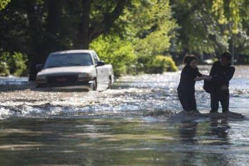 Residents of Elbow Park struggle against the rushing flood waters in Calgary on June 22, 2013. (John Lehmann/The Globe and Mail)